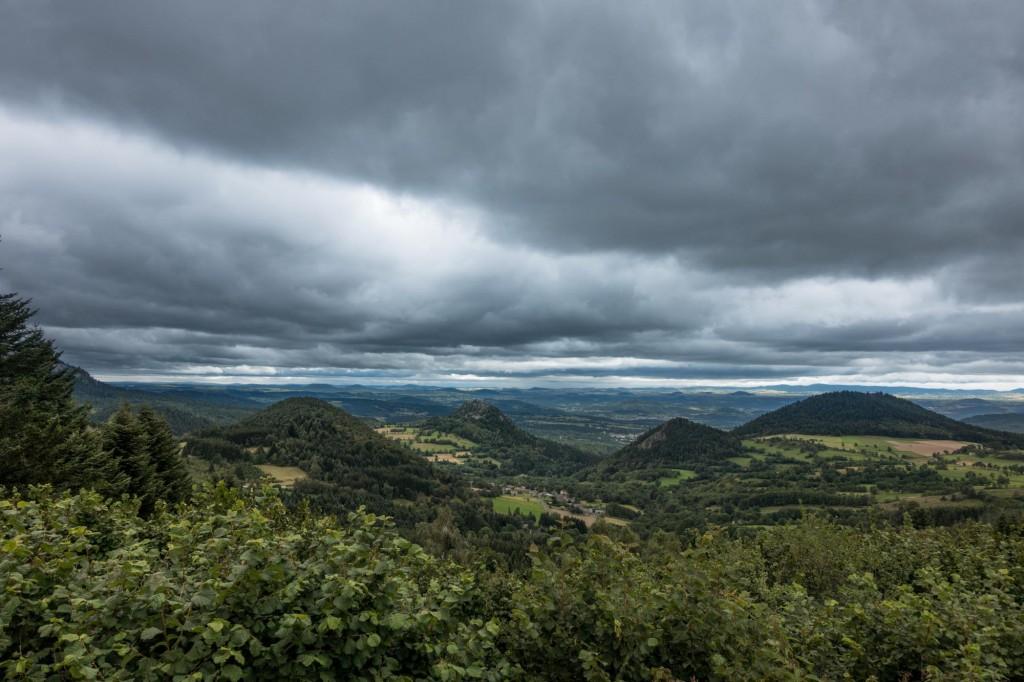 Jakobsweg Mtb Vulkan Kegel und schwere Wolken in der Auvergne