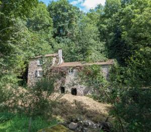 Versteckte Mühle im Allier Tal Jakobsweg Mountainbike