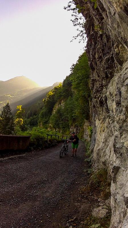mtb Jakobsweg Via Jacobi steiler Anstieg in der Morgensonne