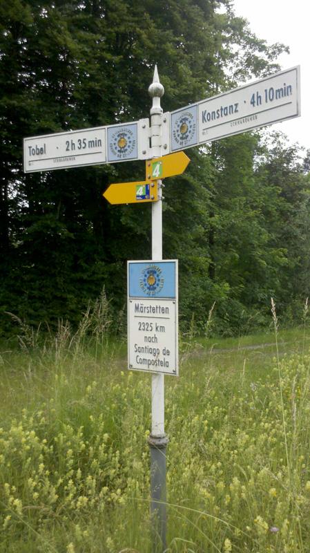 Jakobsweg Wegweiser. 2300 km bis Santiago.